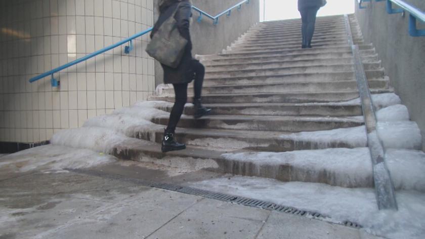 Oblodzone schody na Woli