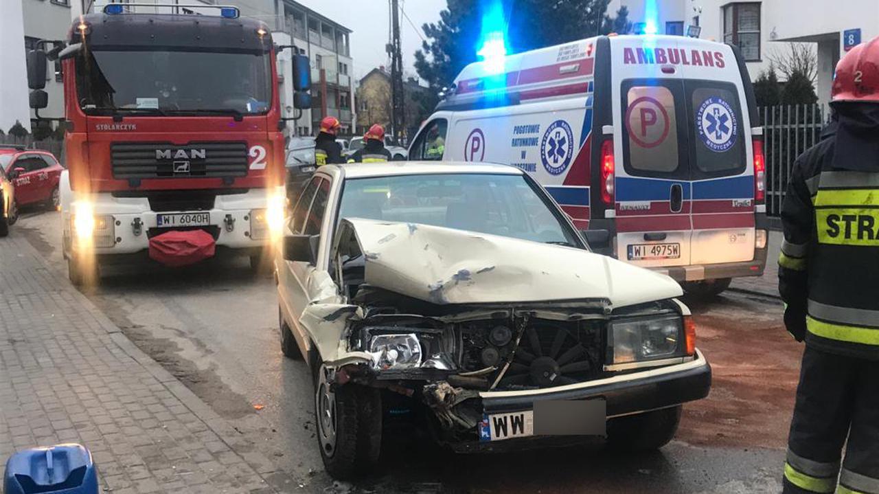 Wypadek we Włochach. Policja: dwa promile, brak prawa jazdy, twierdzi, że kierował
