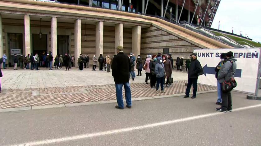 Długa kolejka osób do szczepienia na Stadionie Narodowym