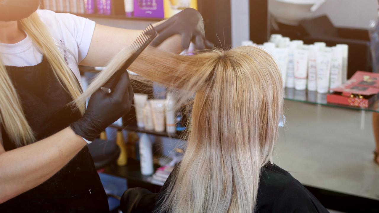 Luzowanie obostrzeń. Zakłady fryzjerskie i salony urody odmrożone w 11 województwach