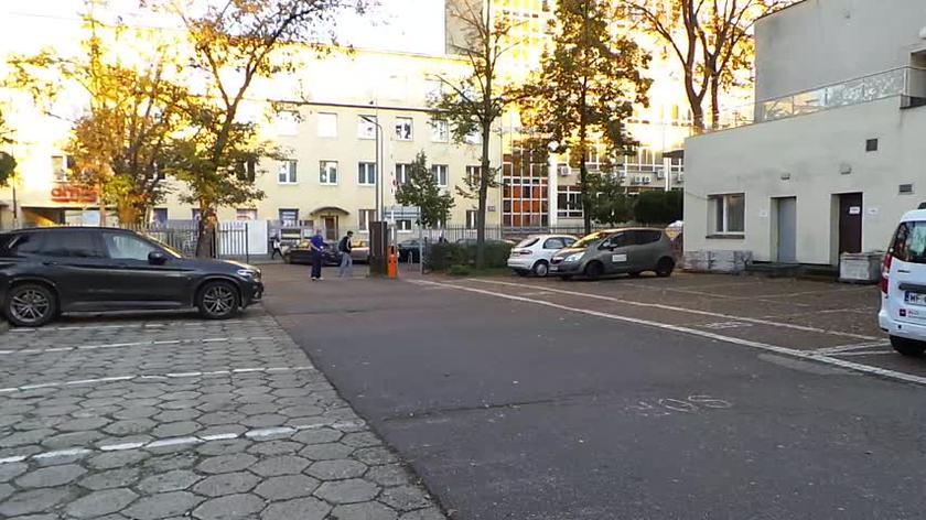 Karetki oczekują przed Szpitalnym Oddziałem Ratunkowym