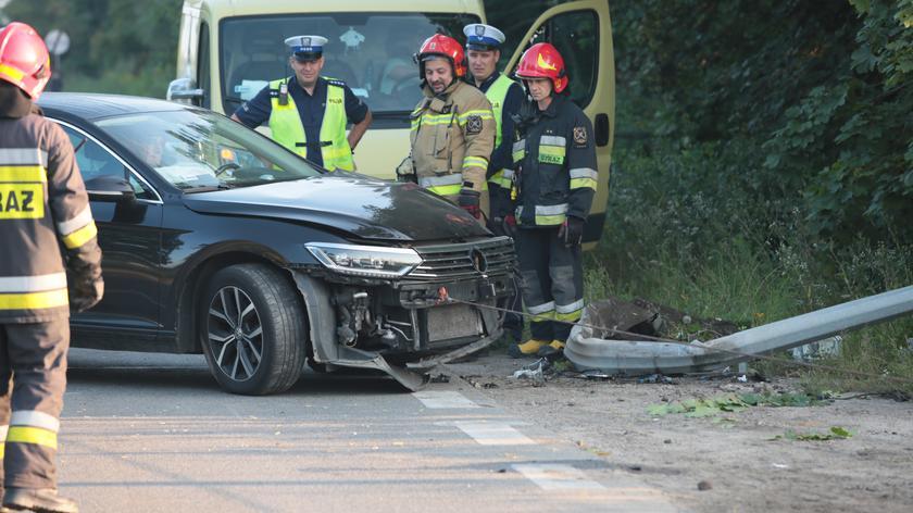 Samochód uderzył w latarnię na Płochocińskiej