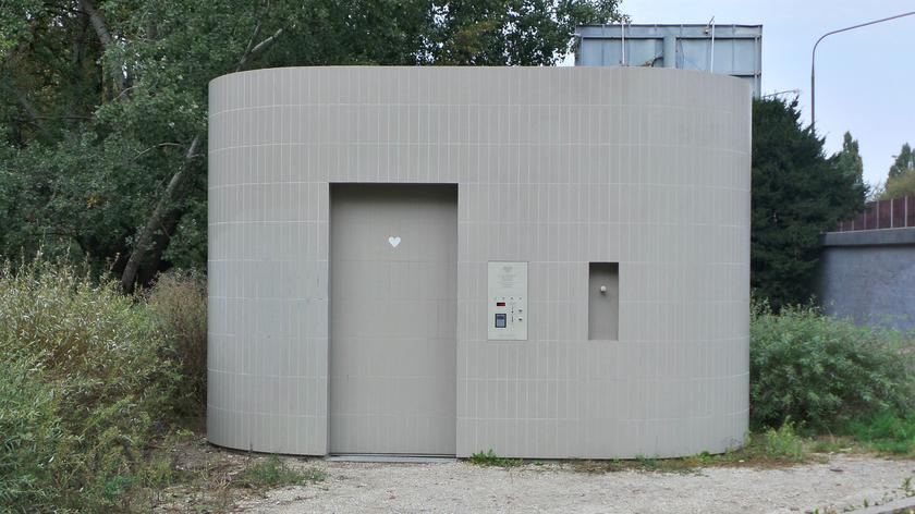 Automatyczna toaleta przy płycie Desantu