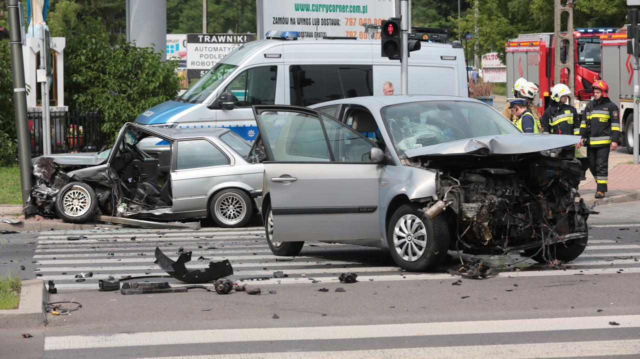 Wypadek w Wesołej. Strażacy wycinali drzwi, by wydostać zakleszczonego kierowcę