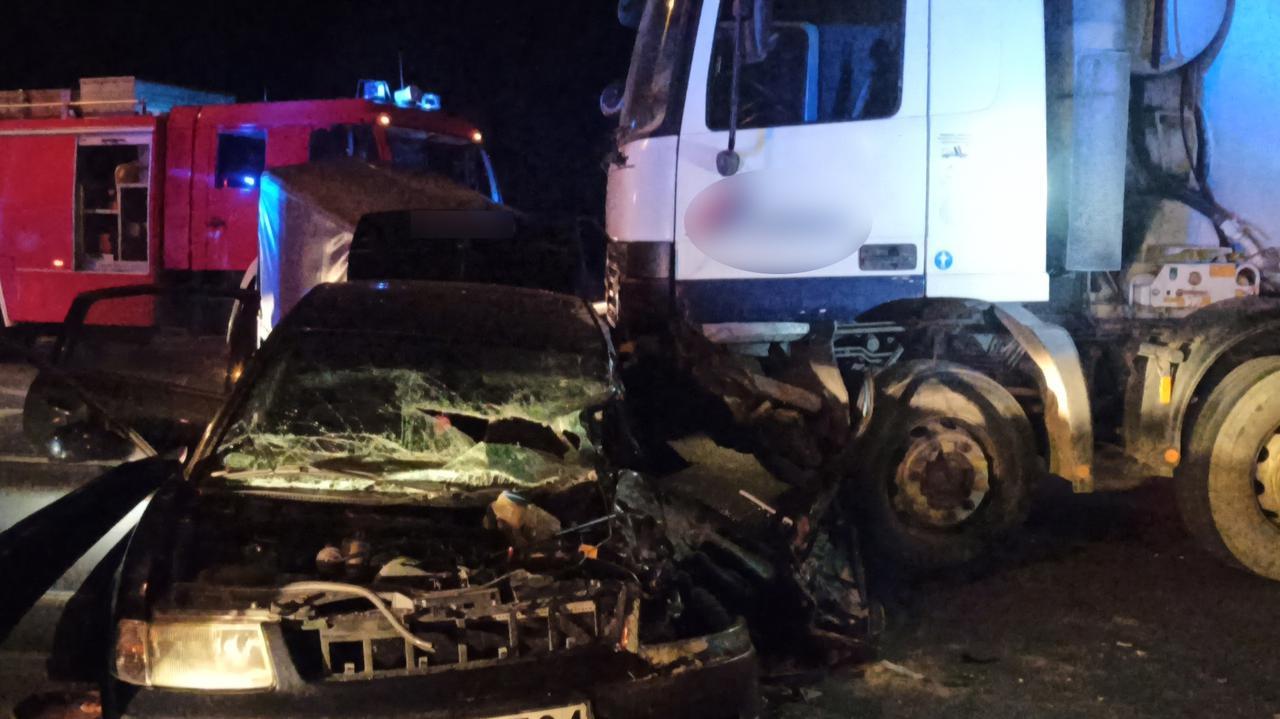 Zmiażdżone auto po zderzeniu z betoniarką. Dwie osoby zostały ranne