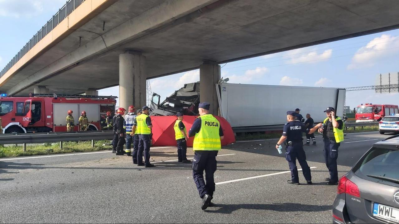 Śmiertelny wypadek na S8. Ciężarówka wbiła się w wiadukt