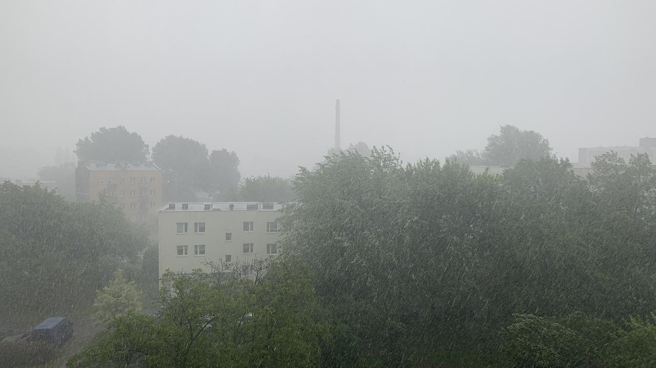 Burza w Warszawie. Zablokowana Wisłostrada, zalane rondo Żaba, woda wdarła się do autobusu