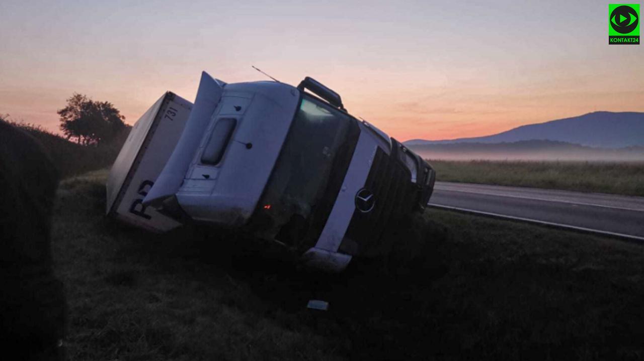 Ciężarówka w rowie, obok leżący mężczyzna. Chciał pomóc, usłyszał, że to zdarzenie