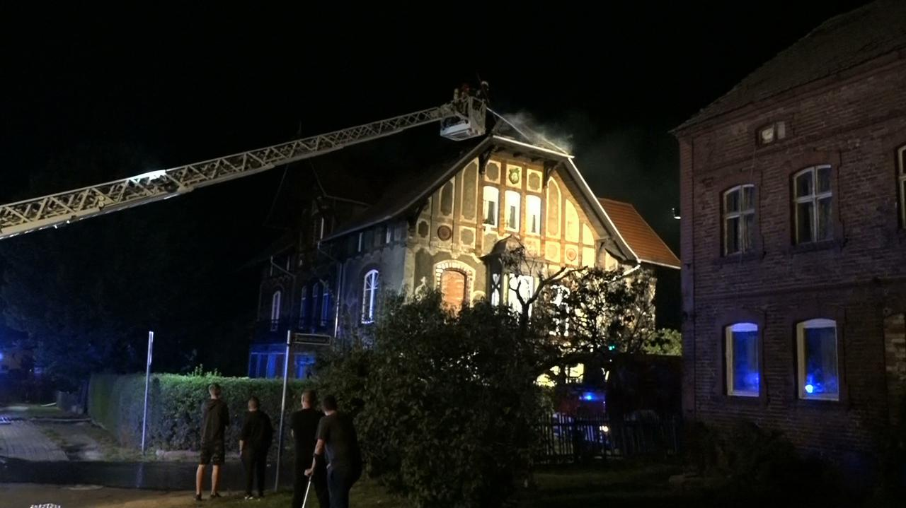 Strażacy grali w piłkę, zauważyli, że obok płonie dom. Ruszyli na pomoc mieszkańcom