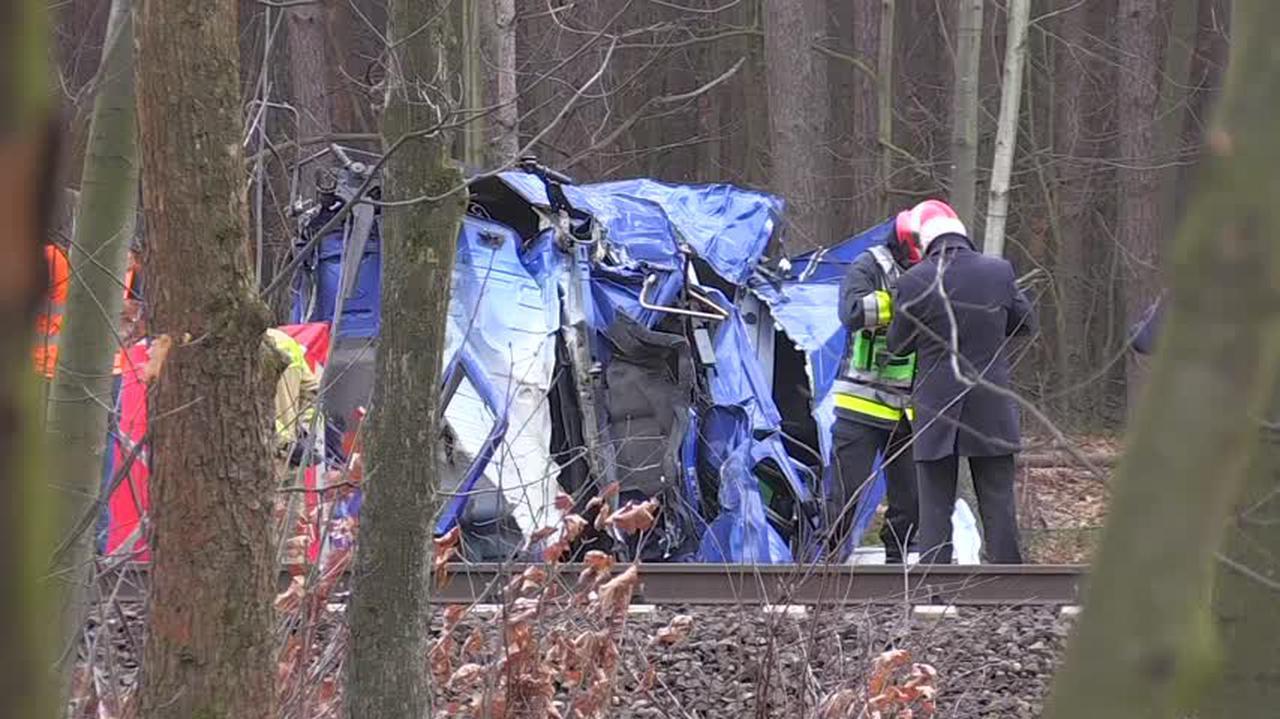 Kierowca tira wjechał pod pociąg, zginął na miejscu. Prokuratura: zignorował czerwone światło