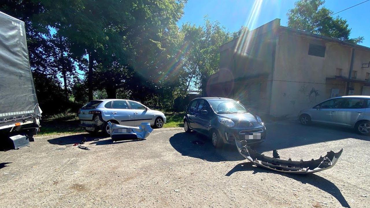 Na parkingu przed szpitalem uszkodziła cztery auta. Wszystko przez automatyczną skrzynię biegów