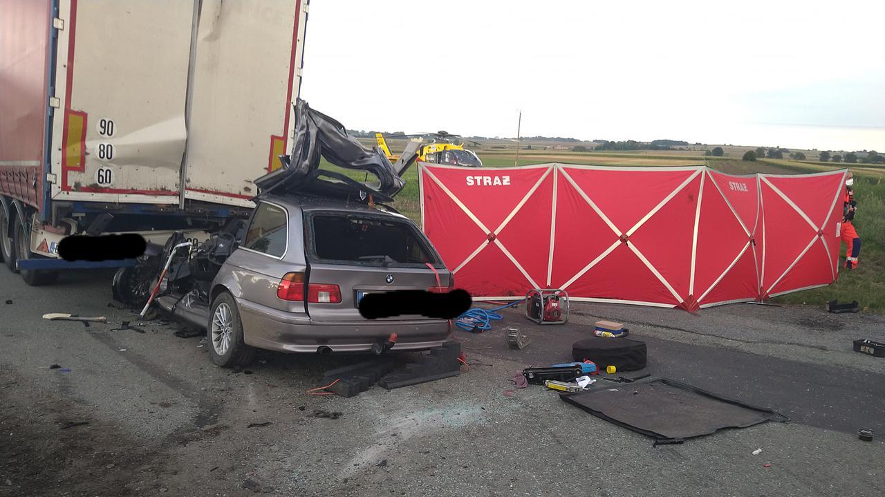 Auto wbiło się w tył naczepy. Kierowca zginął na miejscu