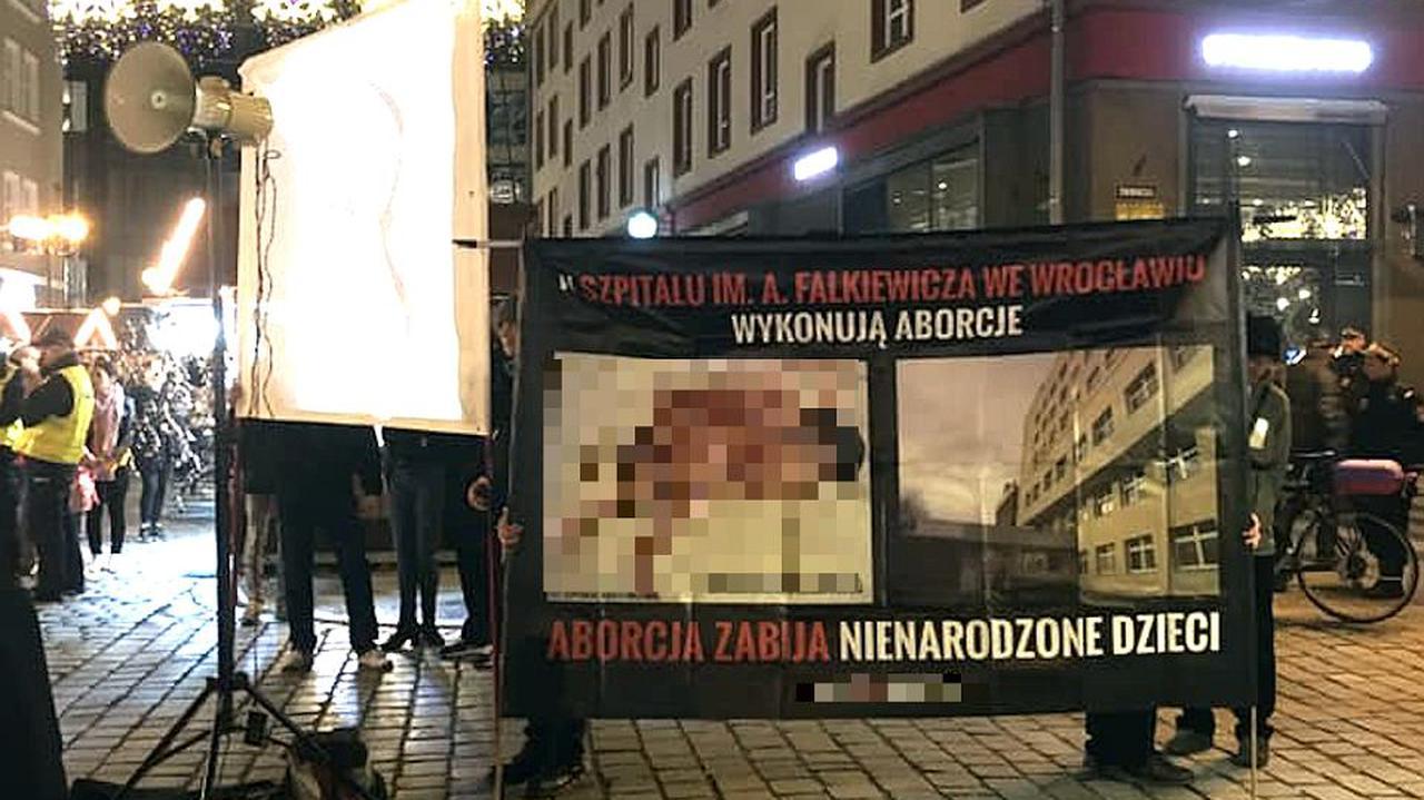 Prokuratura wycofała wnioski o kary za banery antyaborcyjne. Sąd i tak wyda wyrok