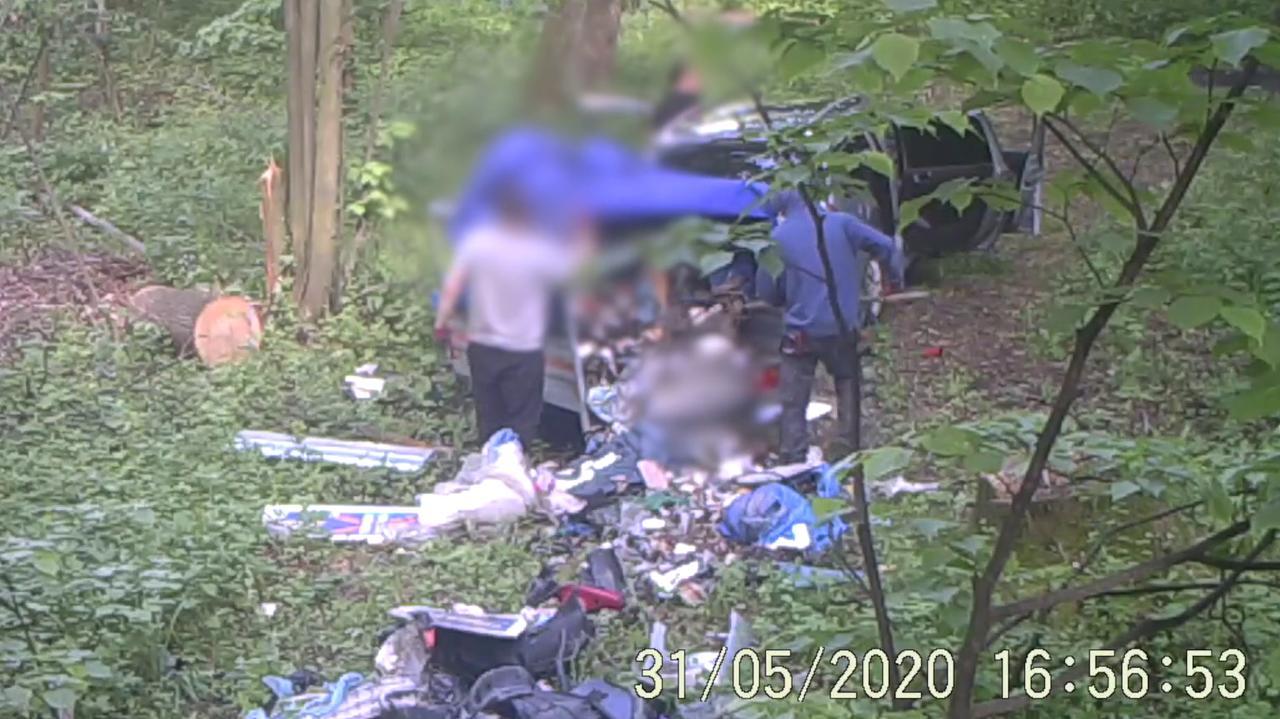 Przyjechali do lasu, zostawili śmieci i odjechali. Nagrała ich fotopułapka