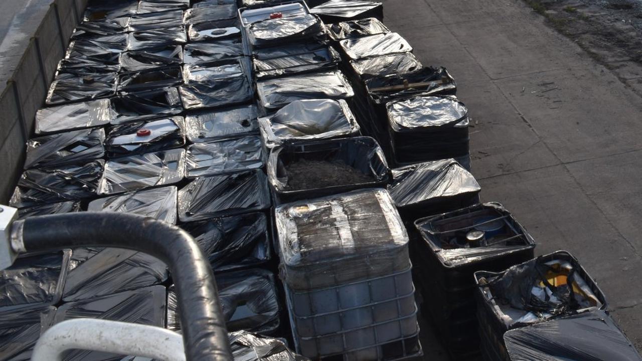 Ponad dwa tysiące tajemniczych beczek na nielegalnym składowisku. Policja szuka właściciela i apeluje