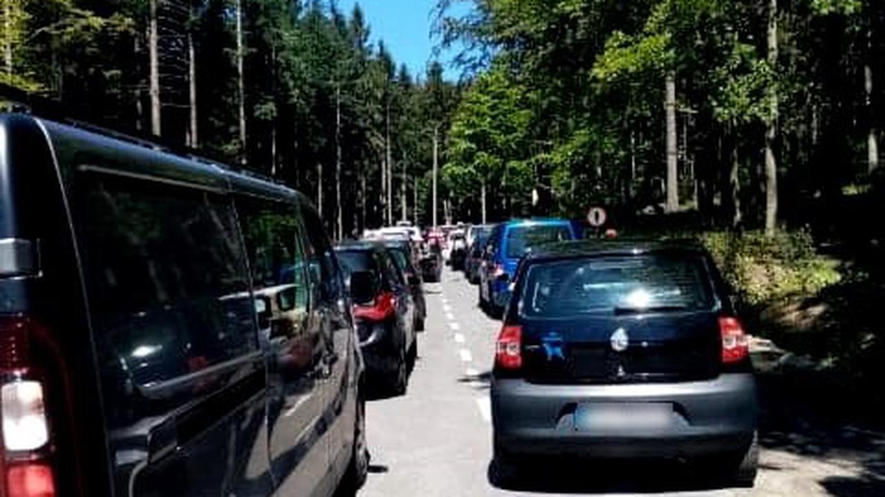 Korki na drodze, tłumy na szlakach i apel do turystów.