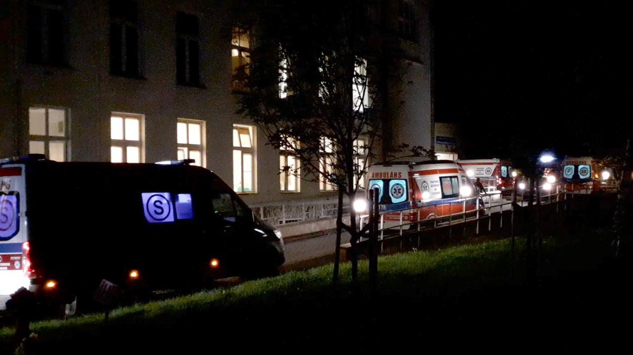 SOR-y wstrzymują przyjęcia na czas dezynfekcji. Kolejki karetek przed wrocławskimi szpitalami