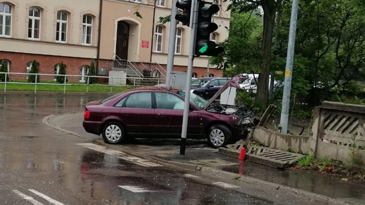 13-latek ukradł samochód sąsiadce. Chwilę później rozbił go na betonowym płocie