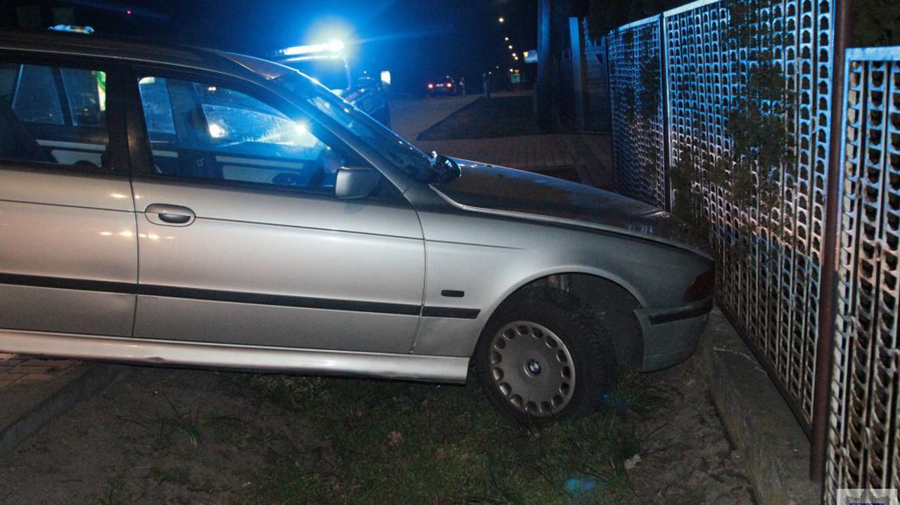Pijany i bez prawa jazdy przejechał pół tysiąca kilometrów. Podróż zakończył na płocie